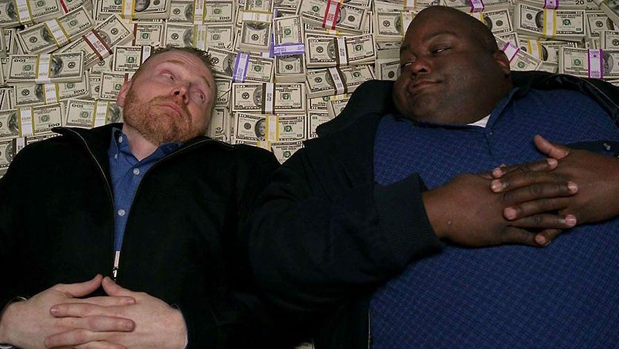 Картинка мужики лежат на деньгах