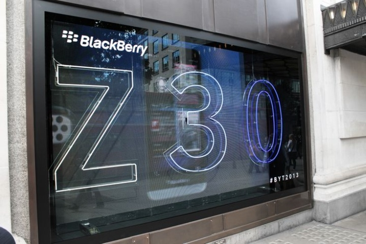 shop-window-dressing-Blackberry-14.jpg